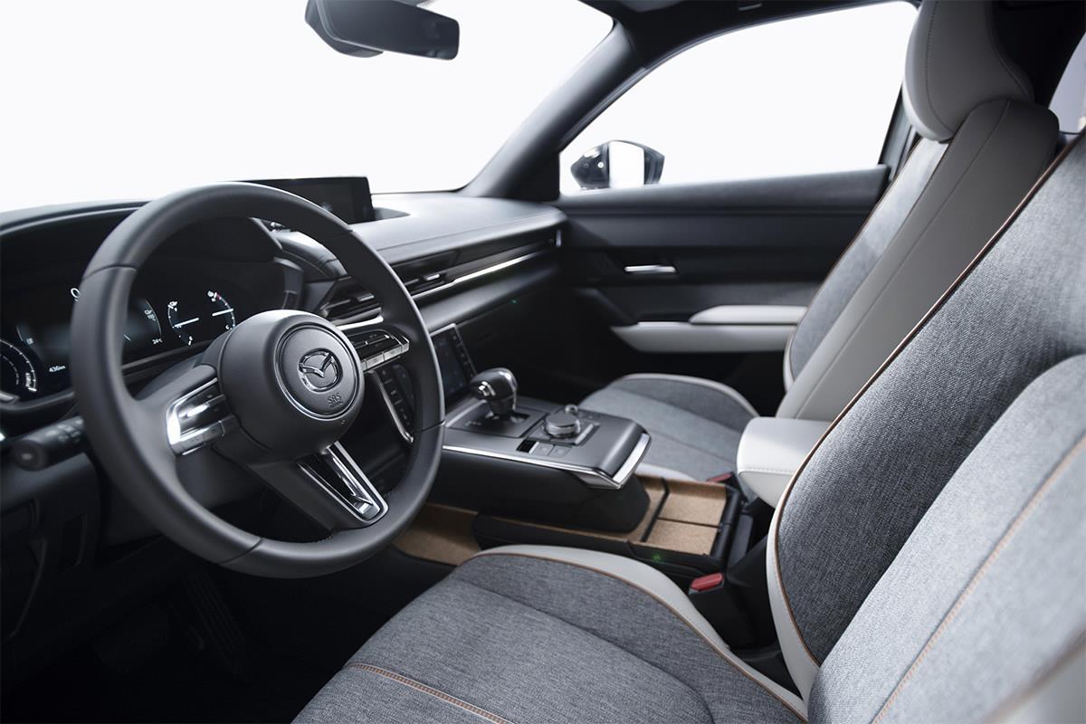 Mazda представила свой первый электромобиль 03