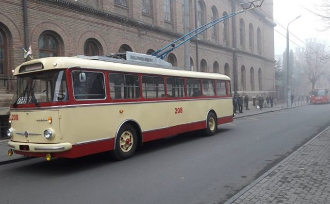 В Черновцах отреставрировали 40-летний троллейбус Skoda: фото