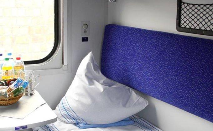 Укрзалізниця экипировала поезда новым бельем и инвентарем: фото