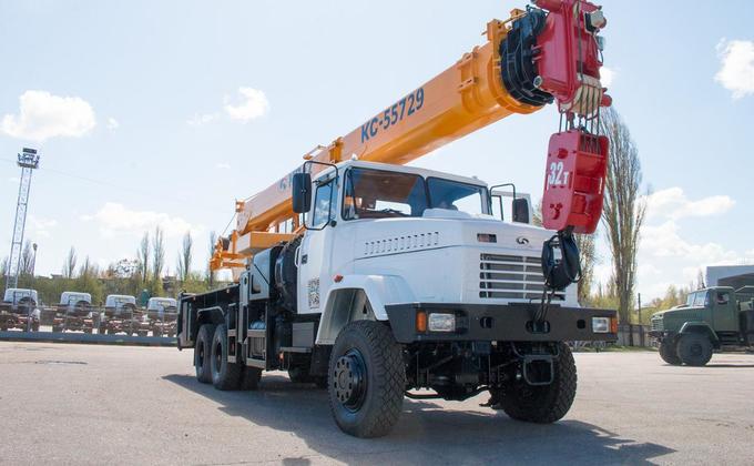 АвтоКрАЗ представил свой мощный автомобильный кран: фото