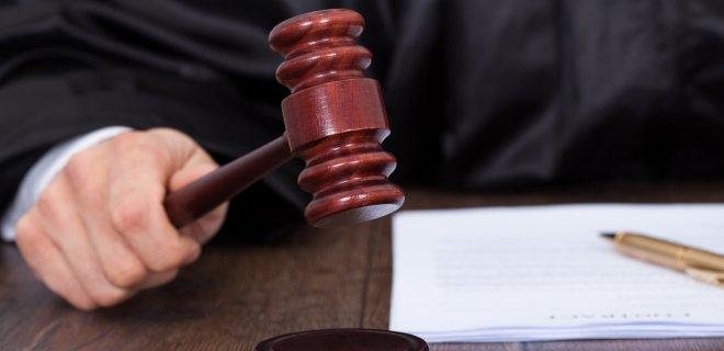 Лабутен отстоял в суде эксклюзивное право на красные подошвы - Фото