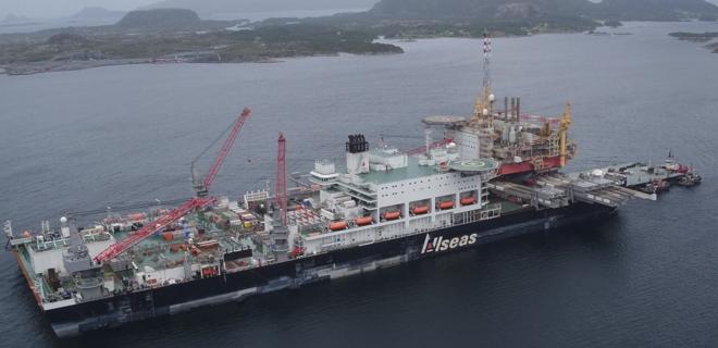 Крупнейший в мире трубопрокладчик прошел через Босфор: видео - Фото
