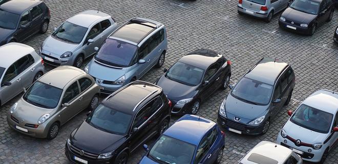В центральных частях городов могут запретить наземные парковки - Фото