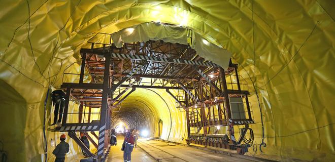 Гройсман назвал сроки ввода в эксплуатацию Бескидского тоннеля - Фото