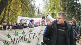 В Киеве прошел марш за использование каннабиса в медицине: видео
