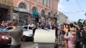 В Харькове заместителя Кернеса бросили в мусорный бак - видео